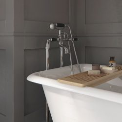 badkraan op staanders met zwarte hendels voor het losstaand bad
