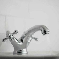 landelijke wastafelkraan voor in de landelijke badkamer