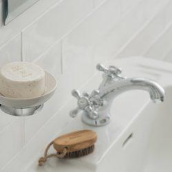 klassieke wastafelkraan van hoge kwaliteit in een mooie badkamer