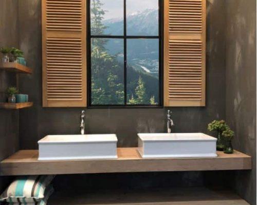 een landelijk badmeubel met 2 waskommenmet twee grote waskommen en rvs kranen