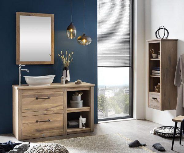 eiken badkamermeubel met een landelijke kraan, een witte waskom en een houten spiegel