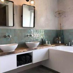 badkamermeubel wit met eiken blad en zwarte spiegels