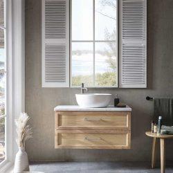 Hangend eiken badkamermeubel met marmeren wastafelblad en een witte waskom
