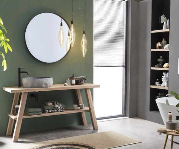 houten badkamermeubel met een granieten waskom en een zwarte spiegel en kraan