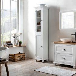 landelijke badkamer met een wit badmeubel en een eiken wastafelblad en bijpassende kolomkast