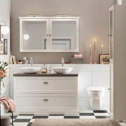 Staand badkamermeubel met betonnen blad en twee waskommen. Boven het landelijke badkamermeubel zit een bijpassende spiegelkast