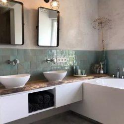 Landelijk badkamermeubel met massief eiken blad en twee keramische waskommen