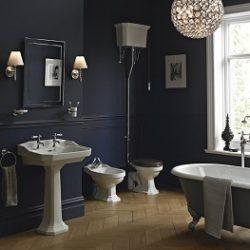 Retro nostalgische badkamer met klassiek bad op pootjes en keramische wastafel