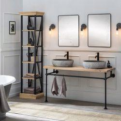 industrieel badkamermeubel met een eiken wastafelblad, twee zwarte kranen, twee zwarte spiegels en bijpassende kolomkasten