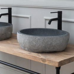 Industrieel badkamermeubel op pootjes met bijpassende zwarte kraan