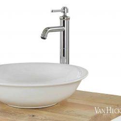 badkamermeubel met een keramische waskom en een landelijke kraan