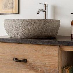 granieten waskom met moderne kraan