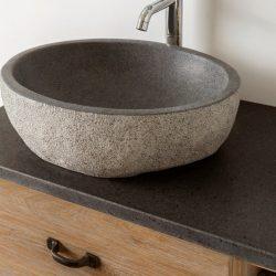granieten waskom op een eiken meubel met mooie kraan