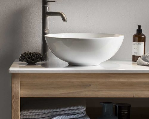 badkamermeubel met keramische waskom en een RVS kraan