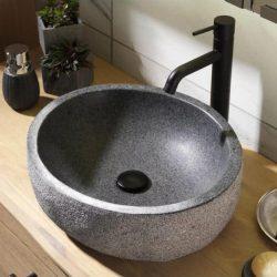 een granieten waskom met een mat zwarte kraan